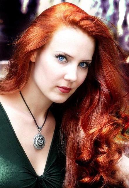 Kızıl saçlı beyaz tenli mavi gözlü kadın
