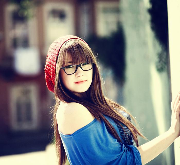 Вдохновляющая картинка девушка, брюнетка, очки, длинные волосы, шапочка.  Разрешение: 657x598.