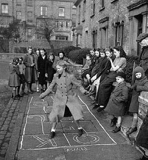 Sokak aralarında oyun oynamış çocuk