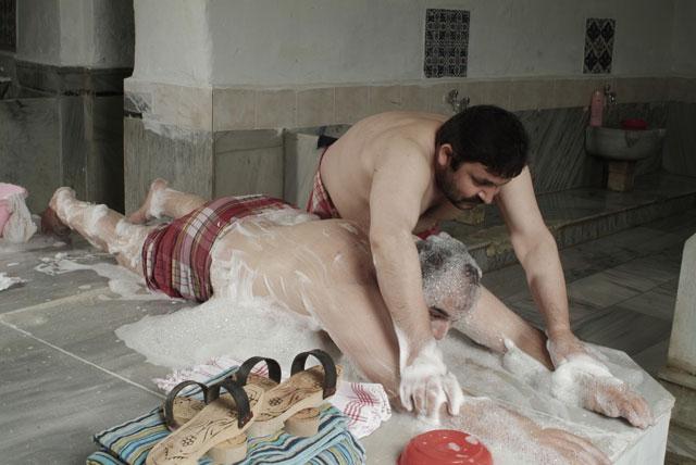 banyoda-keselenmek-icin-evlenen-adam_260